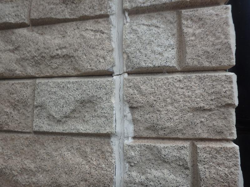外壁のひび割れたコーキング