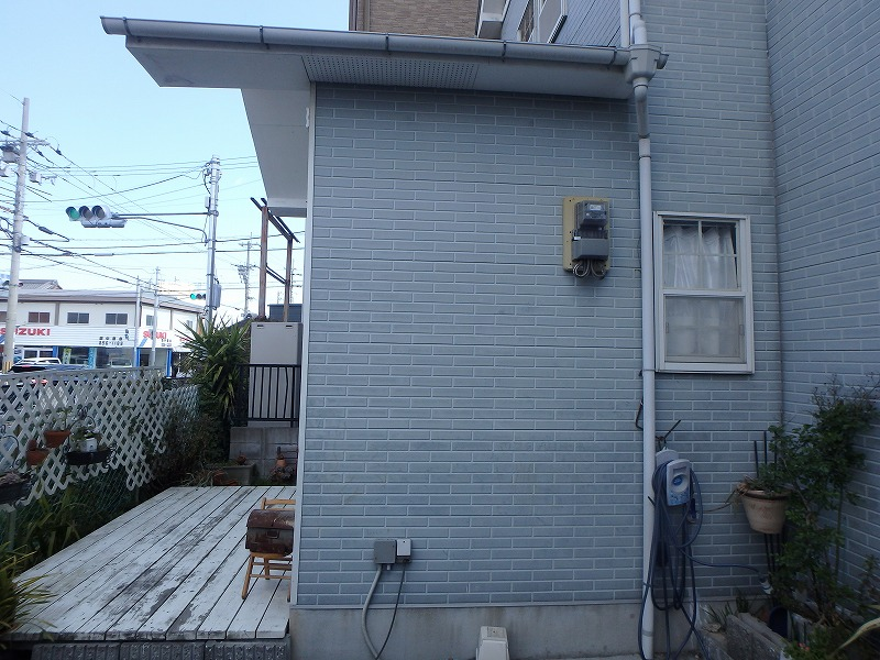 塗り替え前の変色した外壁