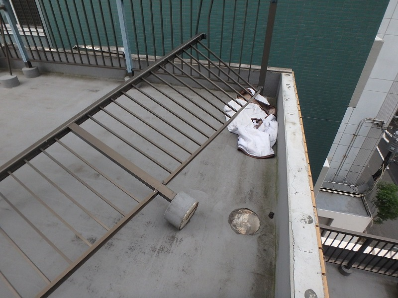 台風にて手摺が倒壊した屋上