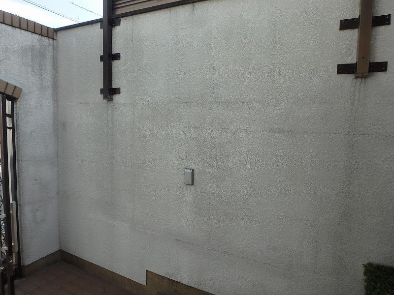 塗り替え前の汚れが目立つ外壁
