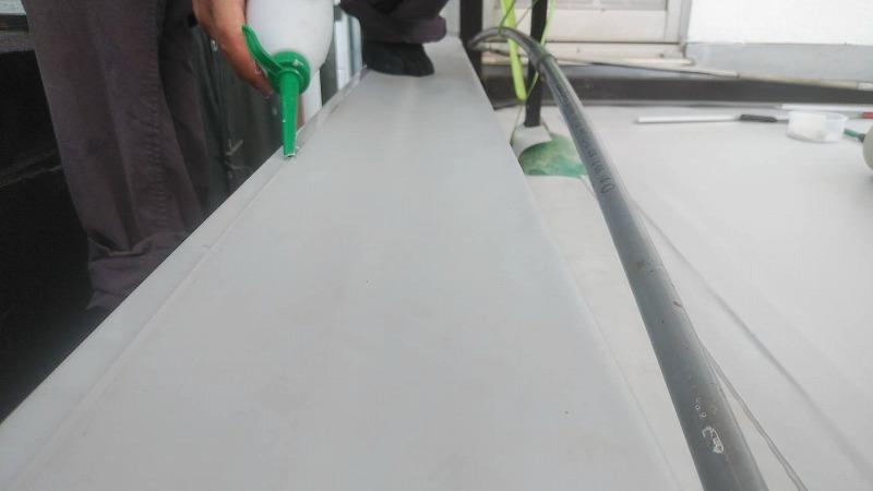 塩ビシートの継ぎ目をシール材で保護