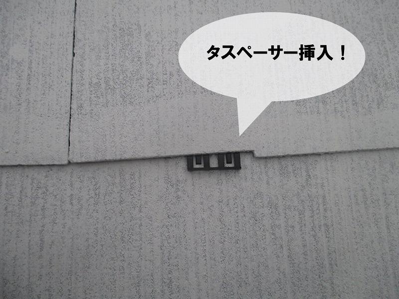 【屋根塗り替えの工程】タスペーサー挿入で縁切り作業