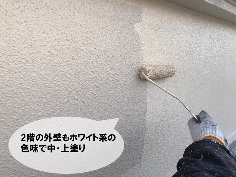 2階部分は白色系統の塗料で中・上塗り