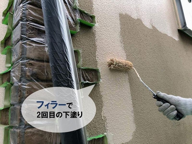 フィラーで外壁の下塗り