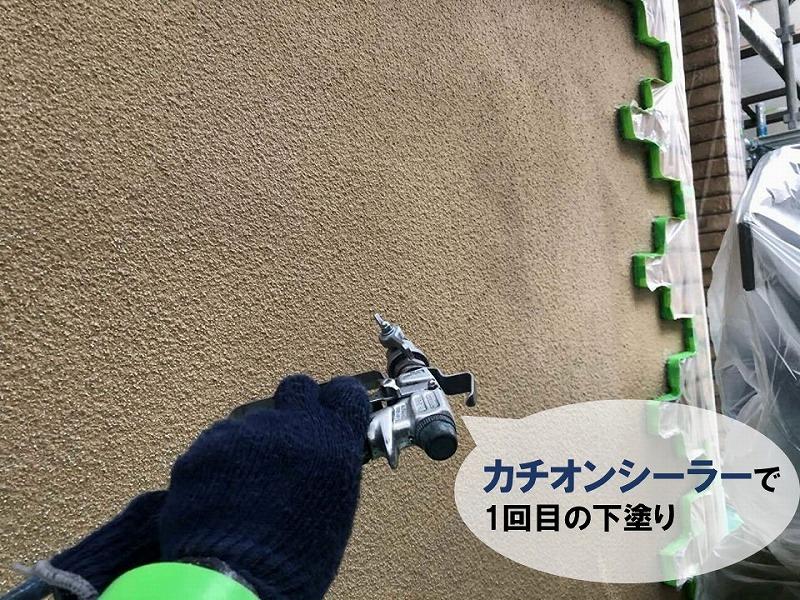 カチオンシーラーの吹付塗装で外壁の下塗り